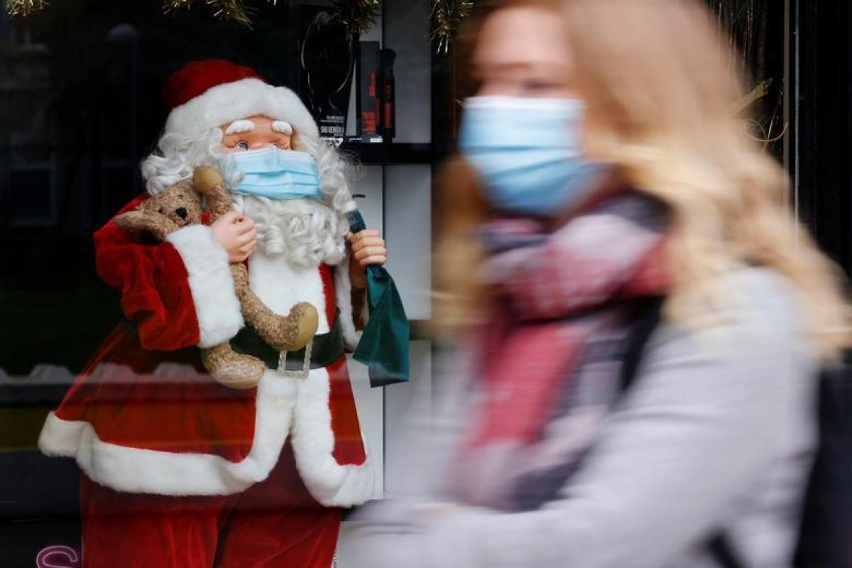 Bức tượng ông già Noel đeo khẩu trang được trang trí trên đường phố tại Lille, Pháp. Ảnh: Reuters