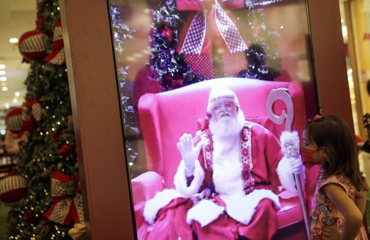 Một bé gái tương tác với ông già Noel qua video tại trung tâm thương mạiNorteShopping tại thành phốRio De Janeiro, Brazil. Ảnh: Reuters