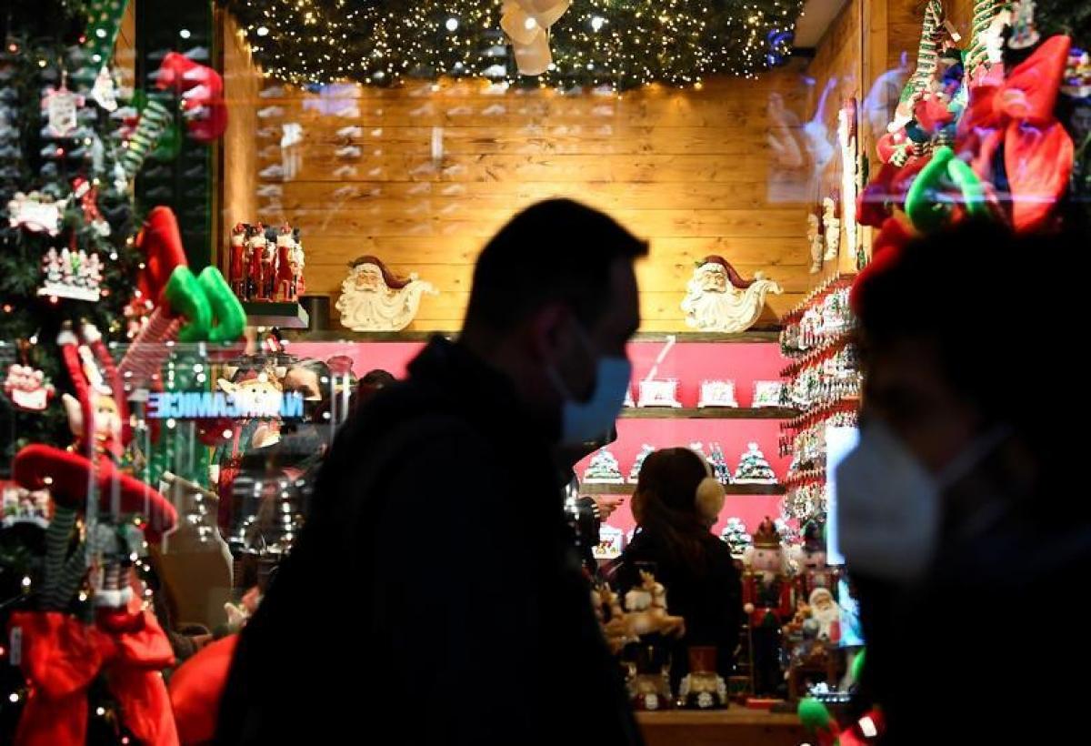 Người dân đi mua sắm sau khi Lombardy, Italy hạ mức cảnh báo dịch Covid-19 từ màu đỏ xuống màu cam và nới lỏng các hạn chế phòng dịch bao gồm việc cho phép các cửa hàng không thiết yếu mở cửa trở lại trước Giáng sinh. Ảnh: Reuters