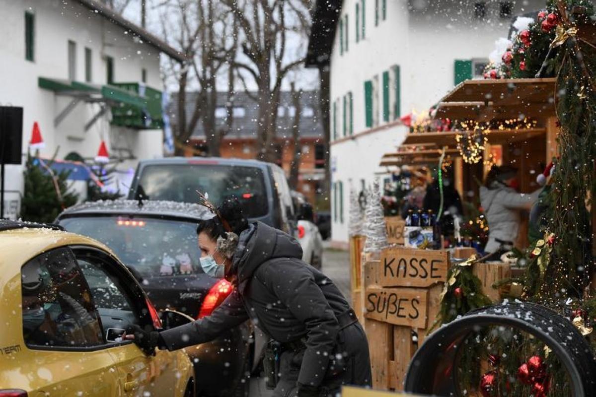 Anjuli Wankerl, chủ của khách sạn và nhà hàng Landgasthof Boeck, phục vụ khách hàng tại chợ Giáng sinh qua ô tô trong đại dịch Covid-19 ở Gauting, Đức. Ảnh: Reuters