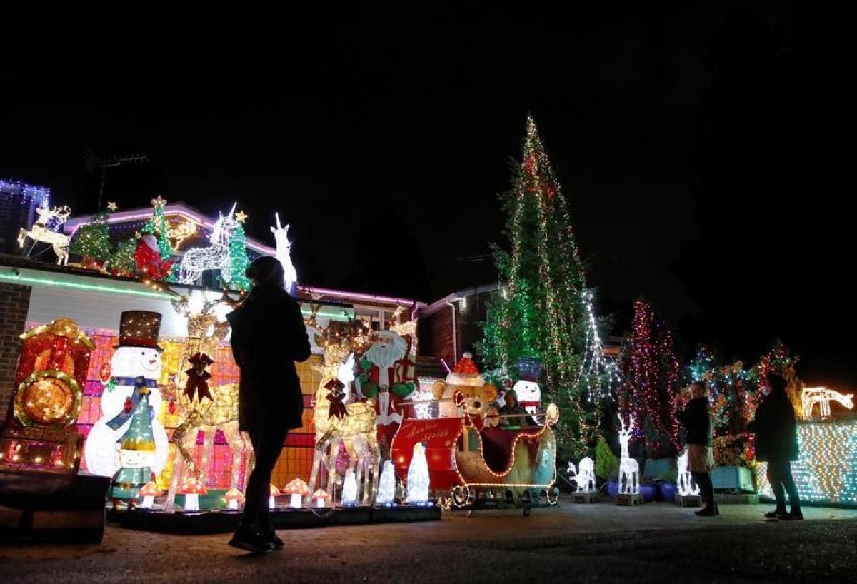 Người dân tại Hemel Hempstead, Anh tận hưởng không khí Giáng sinh bên ngoài đường phố. Ảnh: Reuters./.
