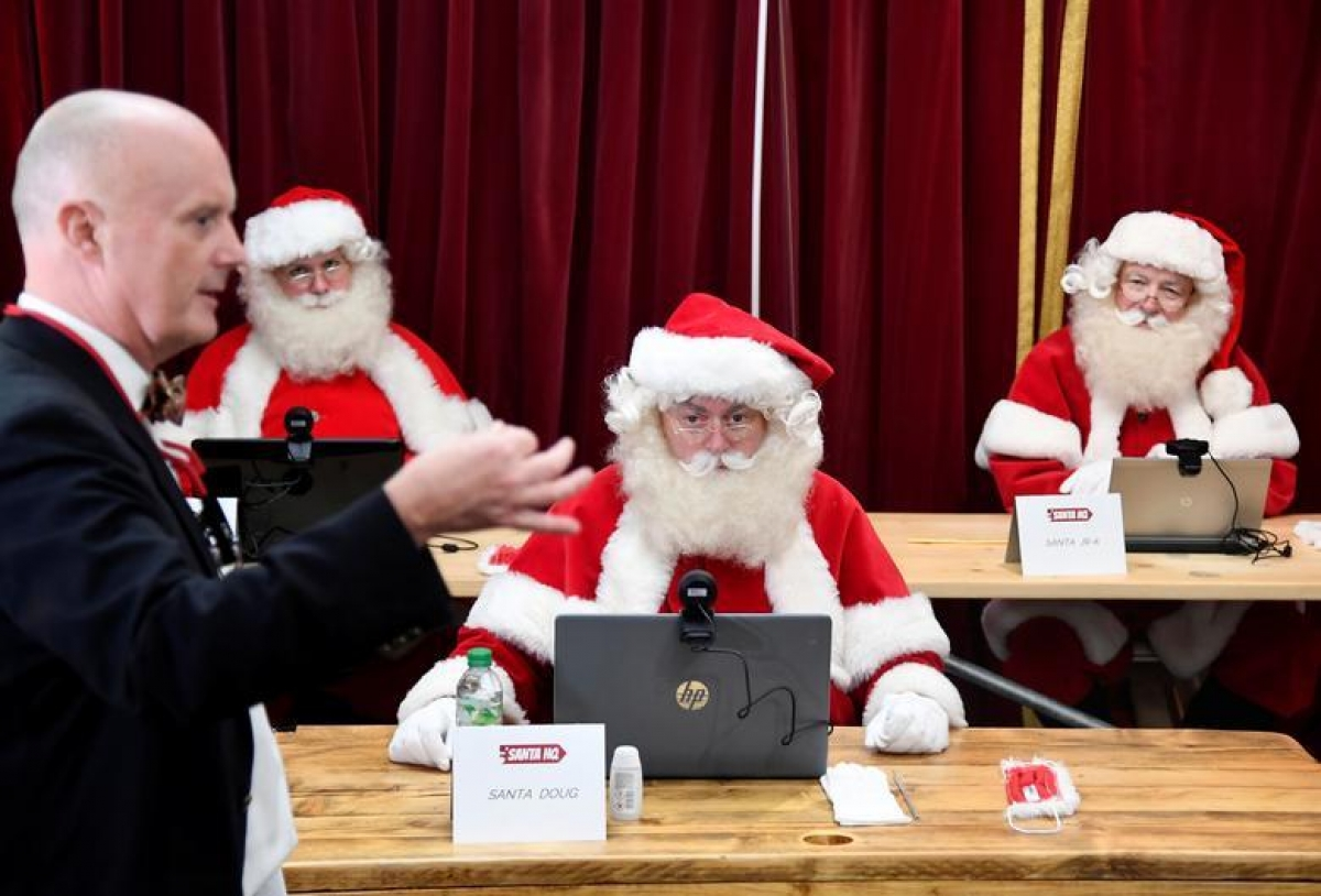 Tại London (Anh) nhiều sự kiện giao lưu trực tiếp vào Giáng sinh bị hủy do dịch Covid-19. Bởi vậy, trường Ministry of Fun Santa đã phát triển một ứng dụng trực tuyến cho phép trẻ em có thể nói chuyện với ông già Noel qua video. Ảnh: Reuters