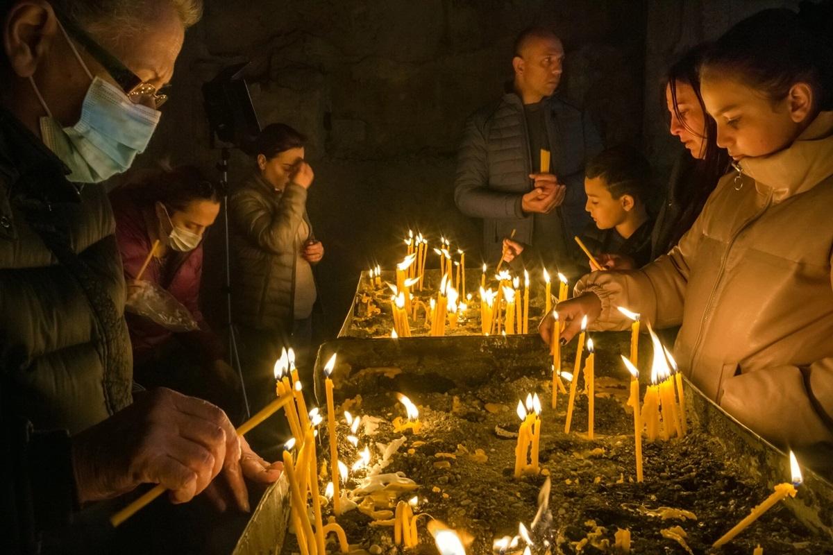 Người Armenia thắp nến trong một nghi lễ tôn giáo cuối cùng của họ ở tu viện Dadivank.