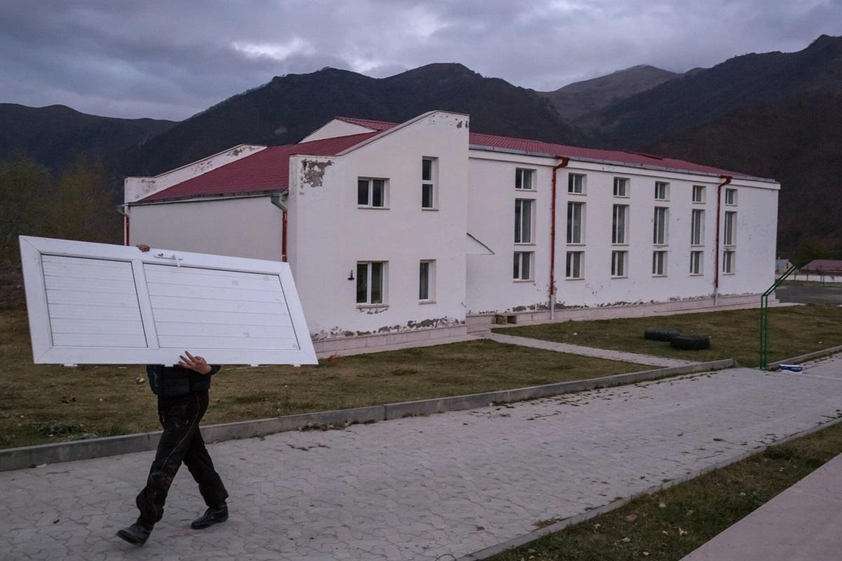 Tháo bớt các bộ phận của nhà ở Kelbajar trước khi nơi này được bàn giao cho phía Azerbaijan.