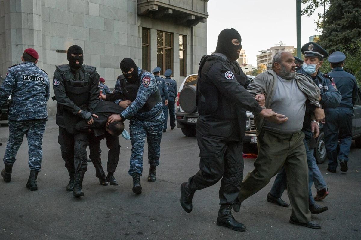 Cảnh sát và đặc nhiệm Armenia bắt những người biểu tình chống chính phủ ở thủ đô Yerevan. Các cuộc biểu tình liên quan đến việc chính phủ Armenia chấp nhận ký thỏa thuận đình chiến với nhiều nội dung được cho là bất lợi cho Armenia trước Azerbaijan./.
