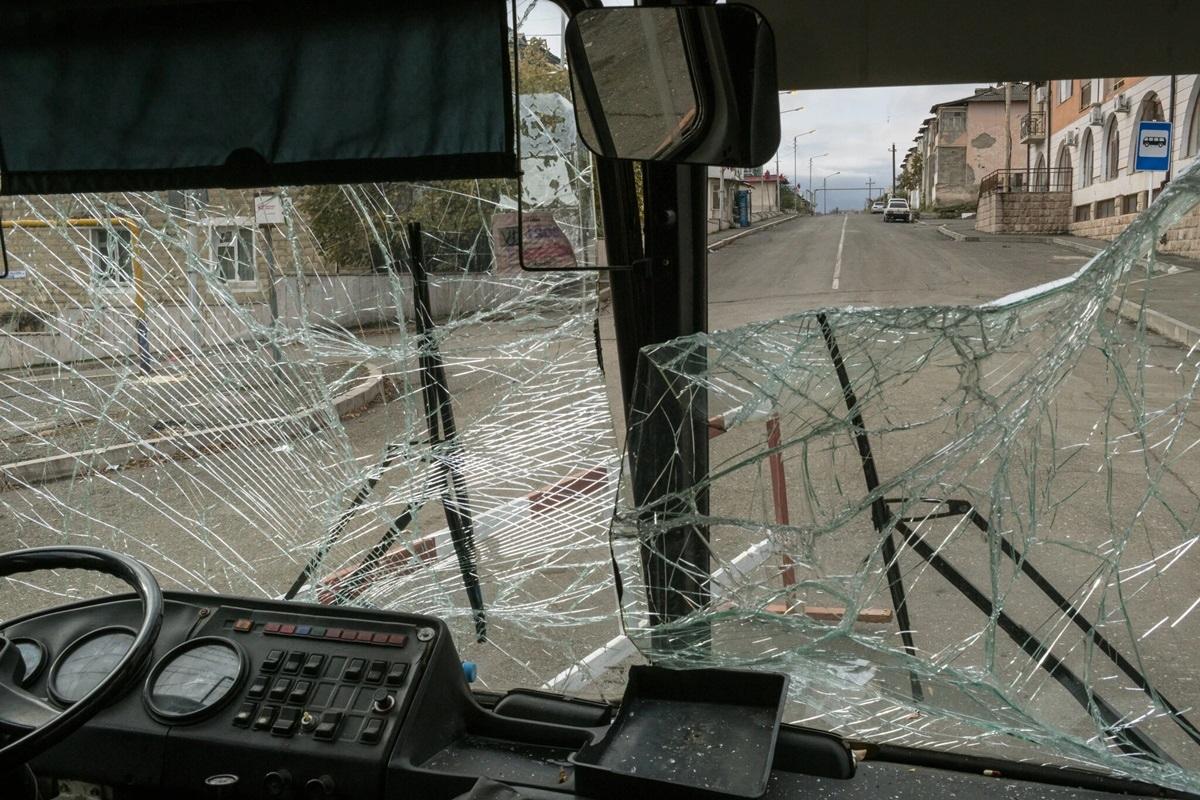 Xe bus với kính vỡ trên một con phố vắng người ở Stepanakert, thủ phủ của Nagorno-Karabakh.