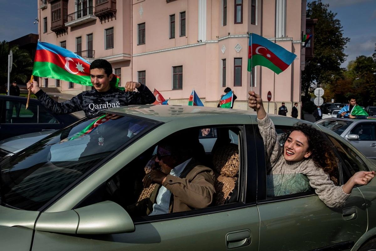 Thanh niên Azerbaijan ăn mừng trên đường phố Baku khi một bộ phận người dân Azerbaijan giờ đây có thể quay lại vùng lân cận Nagorno-Karabakh.