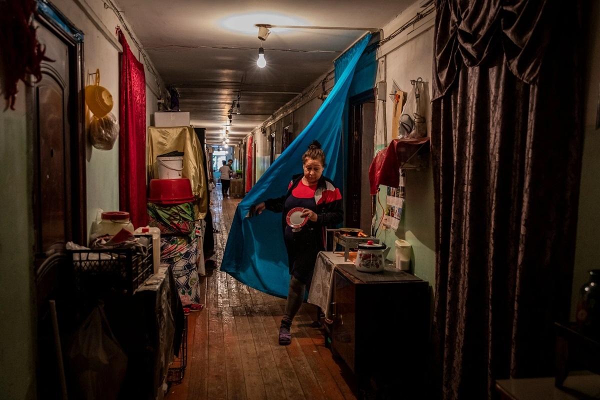 Một phụ nữ Azerbaijan sống tại một quận của Baku. Bà phải chuyển về đây sống từ Nagorno-Karabakh.