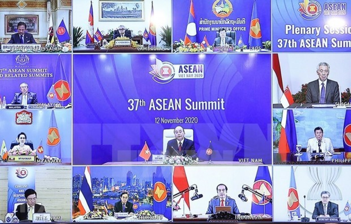 Prime Minister Nguyen Xuan Phuc (centre) chairs the online 37th ASEAN Summit on November 12 (Photo: VNA)