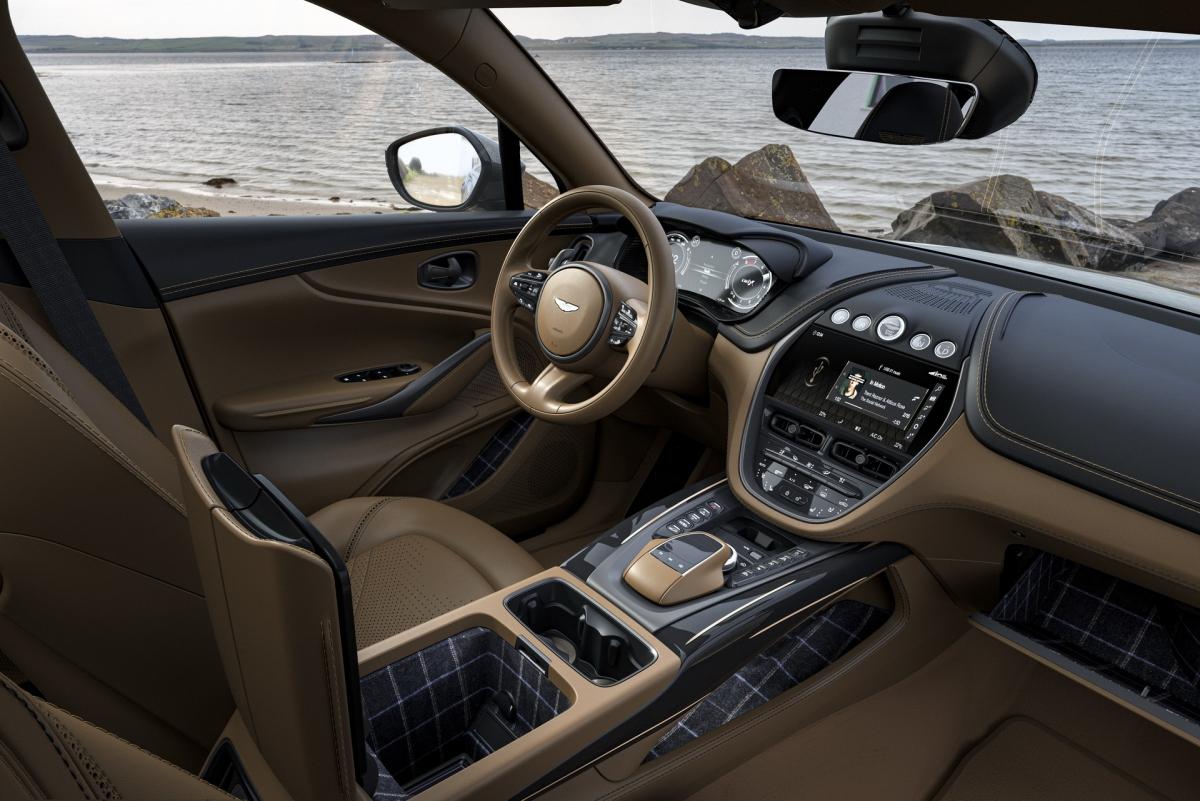 Giống những chiếc DBX khác, sức mạnh của xe vẫn đến từ động cơ V8 dung tích 4.0 lít tăng áp kép do Mercedes-AMG sản xuất. Động cơ này có thể tạo ra công suất cực đại 542 mã lực và mô-men xoắn 700 Nm, kết hợp cùng hộp số 9 cấp, xe có thể tăng tốc lên 100 km/h trong chỉ 4,3 giây và tốc độ tối đa đạt 300 km/h.
