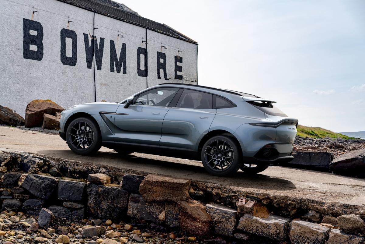 """""""Các đường ống dẫn bằng đồng của bình ủ rượu whiskey được khảm vào hai thanh hai bên và bên trong, nội thất của xe được hoàn thiện với vải bọc Bowmore Tweet. Một lần nữa, bộ phận Q của Aston Martin lại tạo ra một chiếc xe tuyệt đẹp và giới hạn"""" - ông Marek nói thêm."""