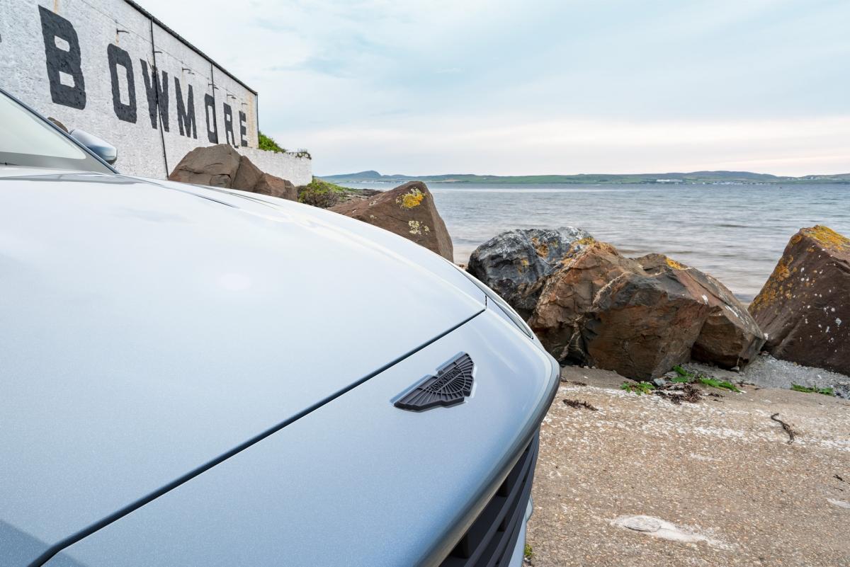 Khi mua Aston Martin DBX Bowmore Edition, khách hàng có thể chọn cho xe hai màu sơn ngoại thất bao gồm Bowmore Blue (xanh) và Xenon Grey (xám).