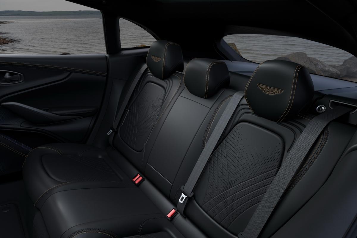 Ở hộc đồ trung tâm, bảng điều khiển trung tâm và hộc để găng tay, Aston Martin lót chúng bằng vải tuýt cổ điển màu Bowmore Blue.