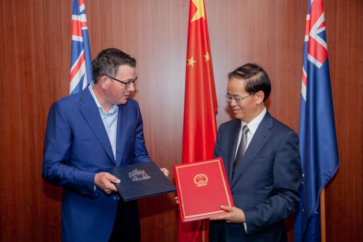 Thủ hiến bang Victoria Daniel Andrew ký thỏa thuận Vành đai Con đường với Đại sứ Trung Quốc tại Australia Thành Cạnh Nghiệp. Nguồn: ĐSQ Trung Quốc tại Australia