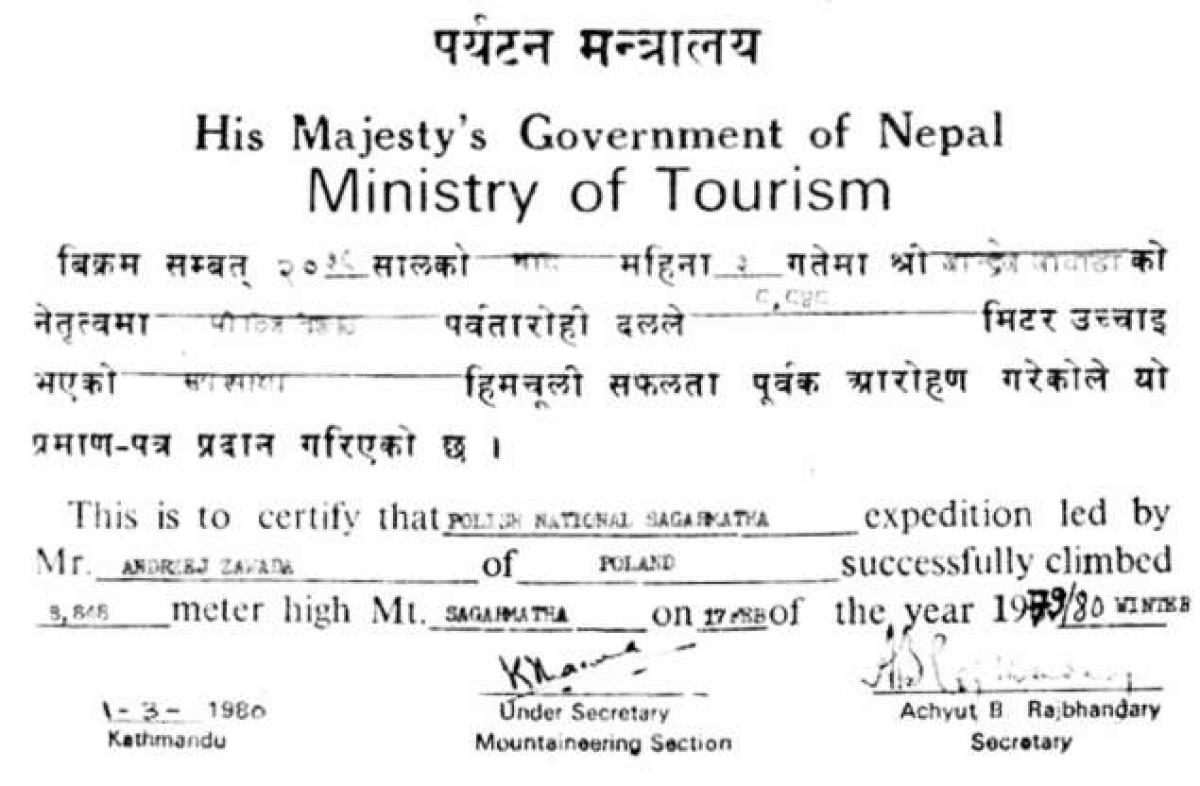 Tháng 1/1980, một nhóm leo núi người Ba Lan do Andrzej Zawada dẫn đầu đã trở thành đoàn thám hiểm đầu tiên chinh phục đỉnh Everest vào mùa đông. Trong ảnh là giấy xác nhận của Bộ Du lịch Nepal.