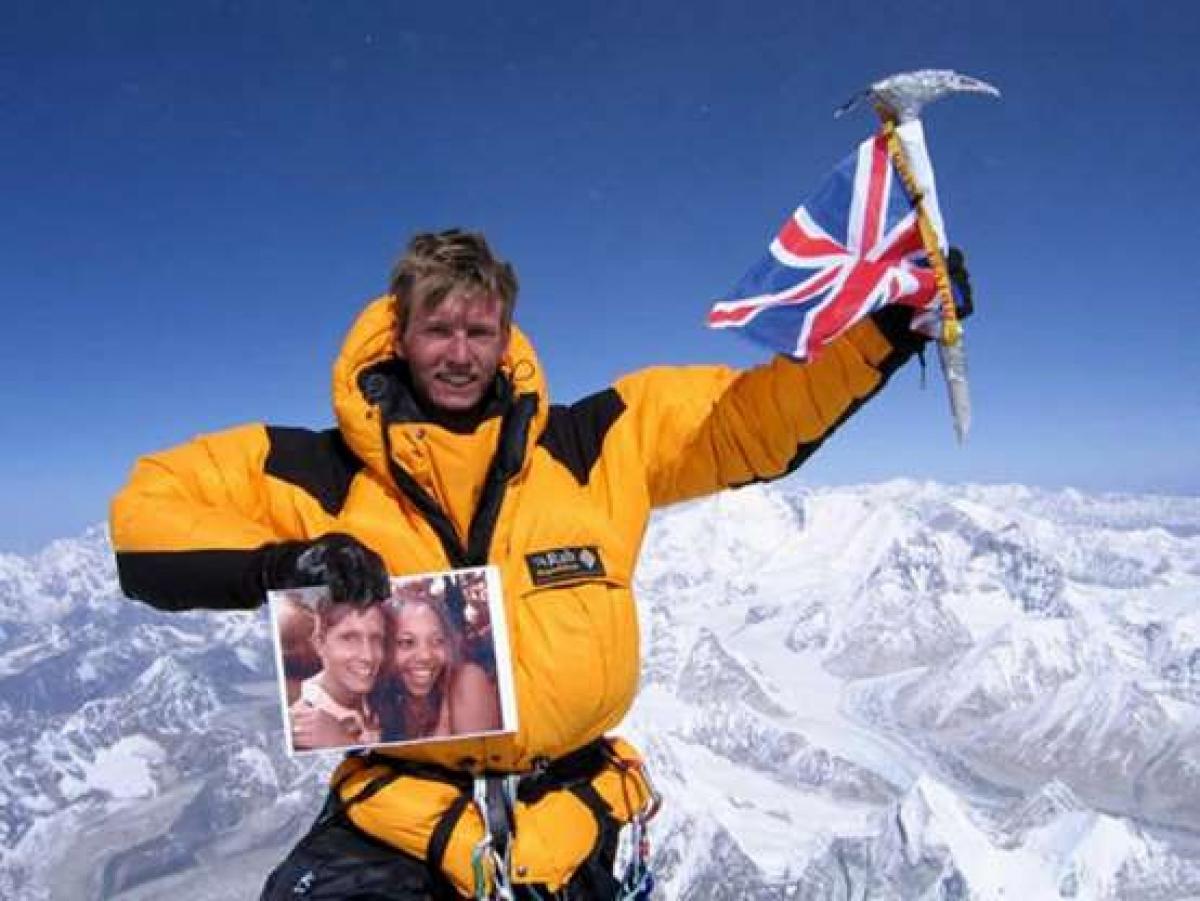 Rob Gauntlett đã trở thành người Anh trẻ nhất chinh phục Everest năm 2006 ở tuổi 19. Tuy nhiên, 3 năm sau, anh đã mất trong vụ tai nạn trên núi Alps cùng với một nhà leo núi người Anh khác là James Atkins.