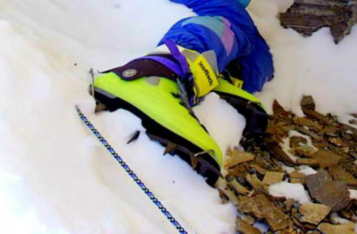 Green Boots (Giày Xanh) là tên được đặt cho thi thể không xác định của một người leo núi đã trở thành một điểm mốc trên tuyến đường núi chính Đông Bắc của đỉnh Everest. Thi thể hiện đã được rời đi này là một trong gần 200 người thiệt mạng khi leo Everest vào đầu thế kỷ 21.
