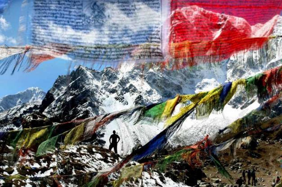 Những lá cờ tưởng niệm ở một trục đường chính leo lên đỉnh Everest nhằm tưởng nhớ những người đã thiệt mạng trong hành trình chinh phục nóc nhà thế giới này./.