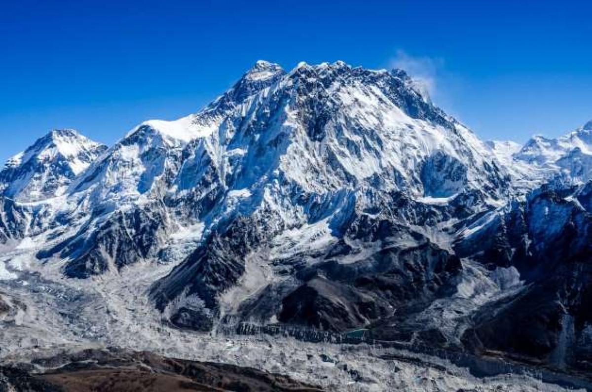 Được biết tới là Sagarmatha trong tiếng Nepal và Chomolungma trong tiếng Tây Tạng, núi Everest được đặt tên theo George Everest, nhà trắc địa học người Ấn Độ.