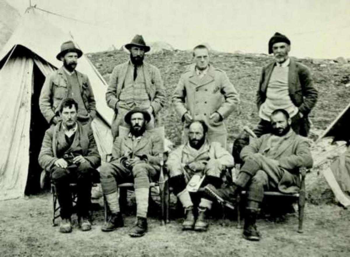 Ngọn núi Everest được vẽ trên bản đồ sớm nhất là vào năm 1715 bởi một người Trung Quốc. Đến năm 1885, đỉnh núi này được coi là dấu mốc thành công cho bất kỳ ai chinh phục được nó. Cuộc thám hiểm của người Anh năm 1921 với George Mallory dẫn đầu đã phát hiện ra hướng đi từ phía bắc tới ngọn núi này.