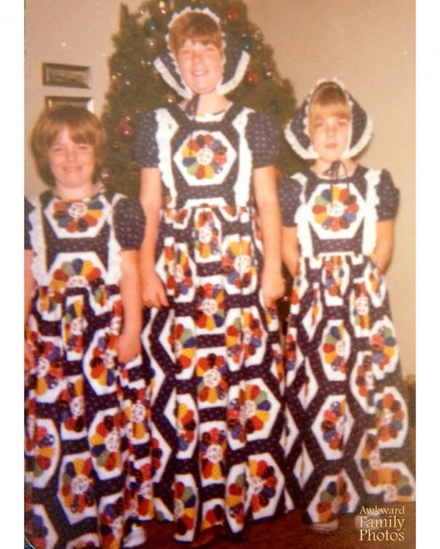 3 anh em với bộ quần áo như 3 cây thông Noel.