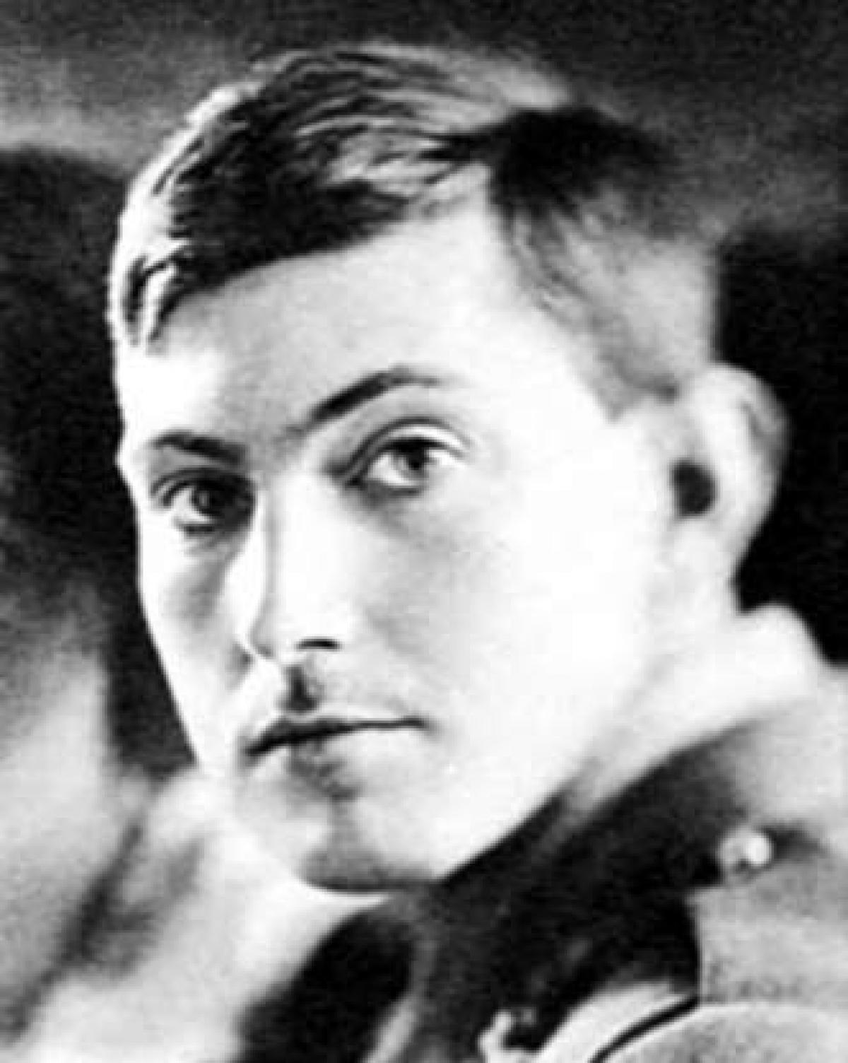 """Tháng 6/1924, George Mallory và Andrew Irvine đã cố gắng leo lên đỉnh Everest nhưng họ đã không bao giờ quay trở về. Thi thể của Mallory cuối cùng đã được tìm thấy năm 1999 ở North Face, nơi được cho là """"chỉ cần một cú trượt nhẹ cũng đồng nghĩa với cái chết""""."""