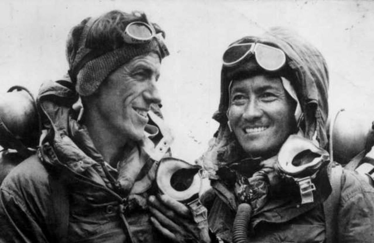 Ngày 29/5/1953, Hillary và Tenzing Norgay, một người Ấn Độ gốc Nepal đã trở thành những người đầu tiên lên tới đỉnh Everest.