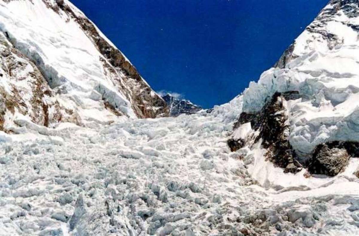 Đi một tuyến đường mới từ mặt tây nam của Everest, một đội leo núi người Nhật Bản đã có 8 người thiệt mạng. Tuy nhiên, nhà leo núi Nhật Bản Yuichiro Miura đã chinh phục được ngọn núi này mặc dù ông trải qua một cú ngã nghiêm trọng vào cuối cuộc hành trình.