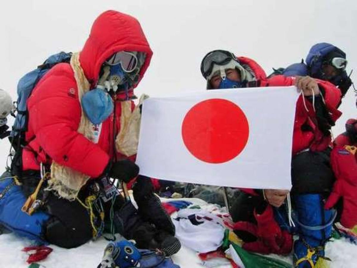 Yuichiro Miura (trái) hiện là người đàn ông lớn tuổi nhất chinh phục được Everest khi leo lên đỉnh núi năm 2003 khi ông 70 tuổi và một lần nữa vào năm 2013 khi ông 80 tuổi.