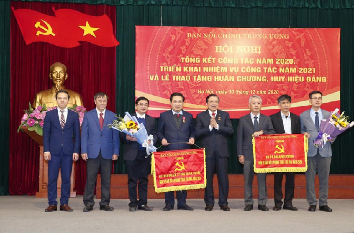 Trưởng Ban Nội chính Trung ương Phan Đình Trạc trao Cờ Thi cho các tập thể có thành tích xuất sắc vị dẫn đầu phong trào thi đua năm 2020. (Ảnh: TTXVN)