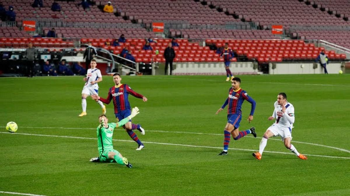 Kike García chọc thủng lưới Barca sau sai lầm nghiệp dư của Araujo (Ảnh: Reuters).
