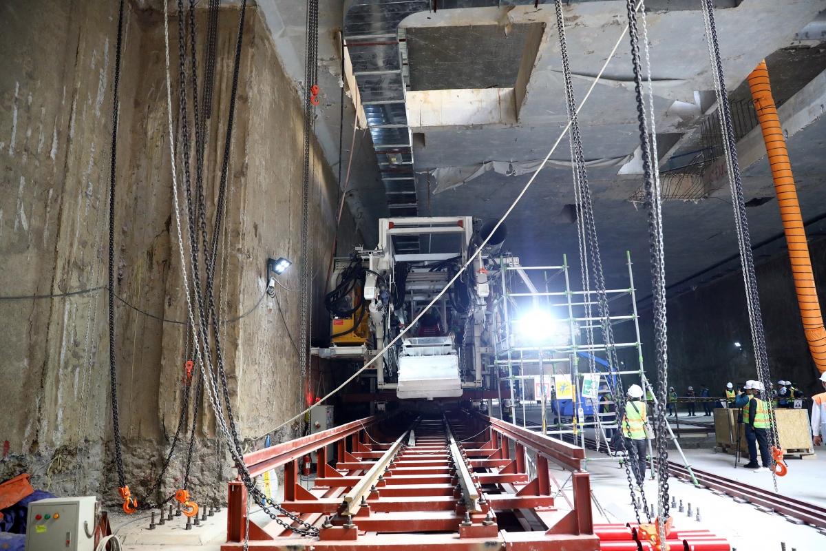 Máy do hãng Herrenkecht (Đức) chế tạo theo công nghệ TBM (Tunnel Boring Machine) có chiều dài khoảng 90m, nặng khoảng 850 tấn với bộ phận khiên đào phía trước đường kính 6,55m; tốc độ đào hầm trung bình khoảng 10-12m/ngày và tối đa có thể đạt 18m/ngày.