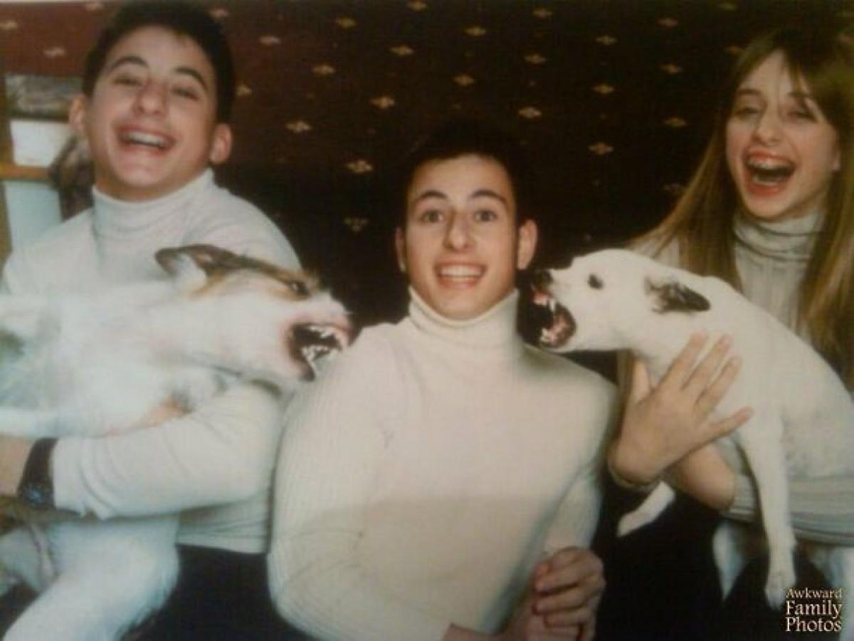 Ai cũng tươi, trừ hai chú chó. Cứ đợi chụp ảnh xong thì không biết chuyện gì sẽ diễn ra!