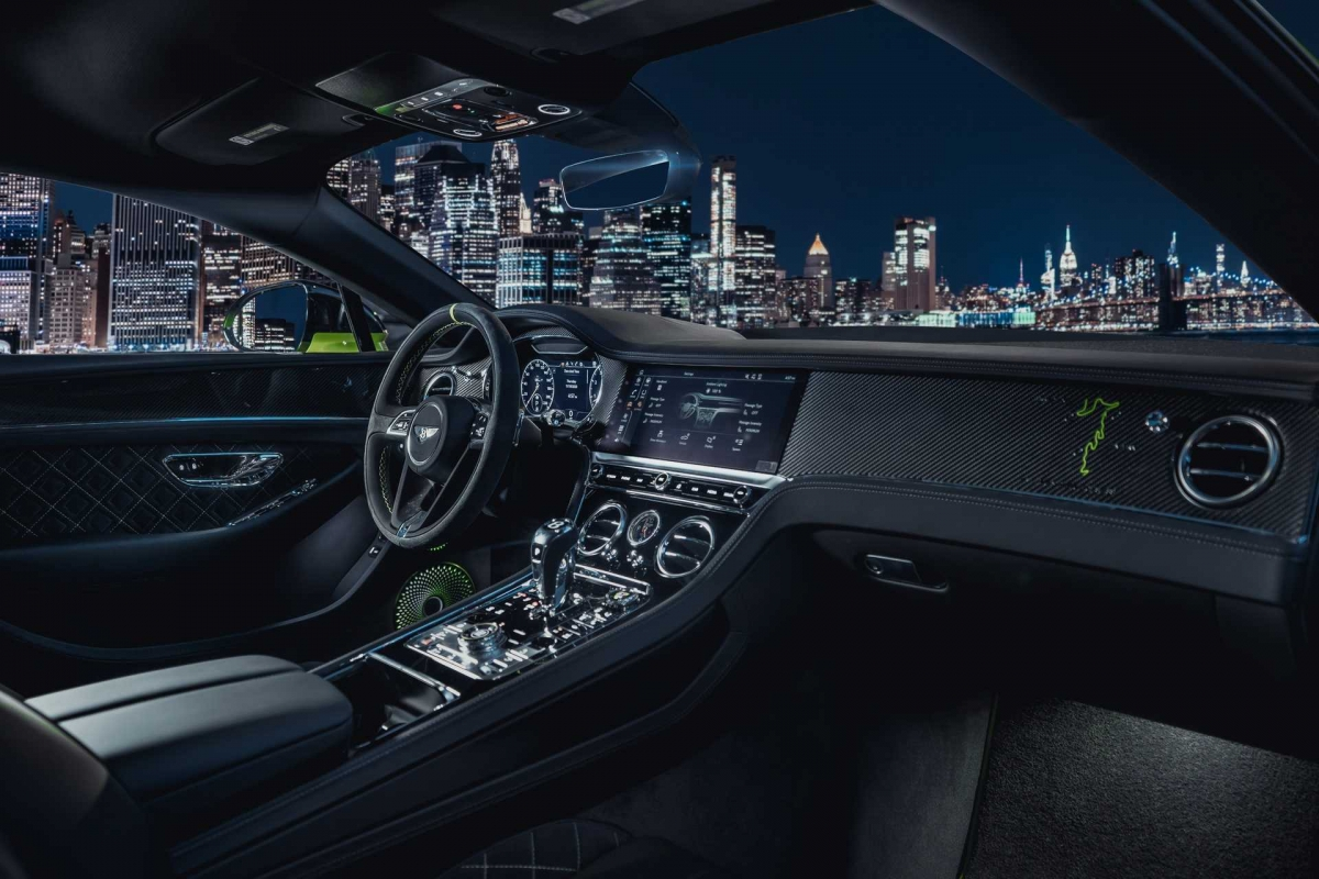 Bên phụ, Bentley thêm bản đồ của đường đua Pikes Peak cùng thời gian 10 phút 18,488 giây của chính Continental GT. Cuối cùng, ghế ngồi được thêu logo Pikes Peak màu xanh trên tựa đầu, hệ thống loa Bang & Olufsen của xe có phần lưới được hoàn thiện bằng hai màu xanh – đen.