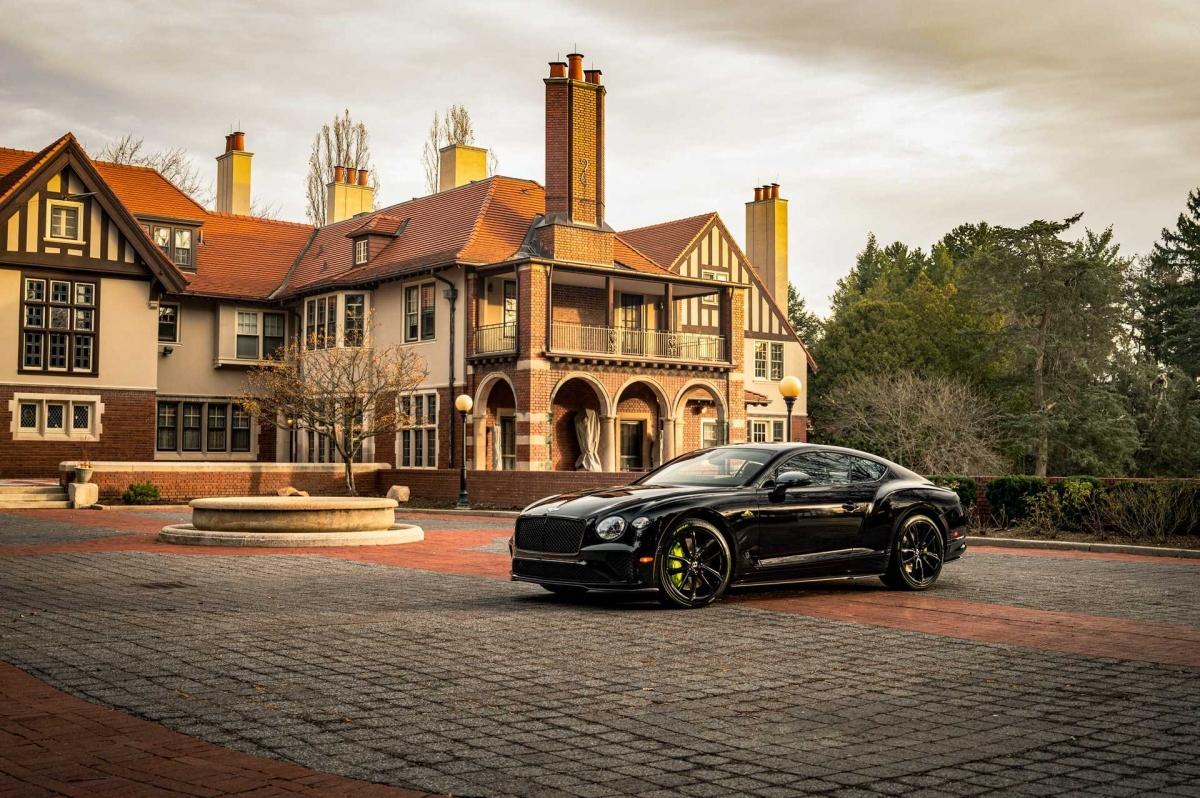 Theo công bố của Bentley, một phần ba trong số khách hàng mua xe đã phối chúng theo màu Mountain Decal Event, giống với chiếc xe lập kỷ lục. Ba chiếc có màu đen bóng trong khi số còn lại có được màu sơn Radium nổi bật. Ở ngoại thất, những chiếc xe này sẽ sở hữu các chi tiết được ốp sợi carbon, kết hợp cùng gói nâng cấp Blackline Specification, biến những chi tiết màu crom thành màu đen bóng.