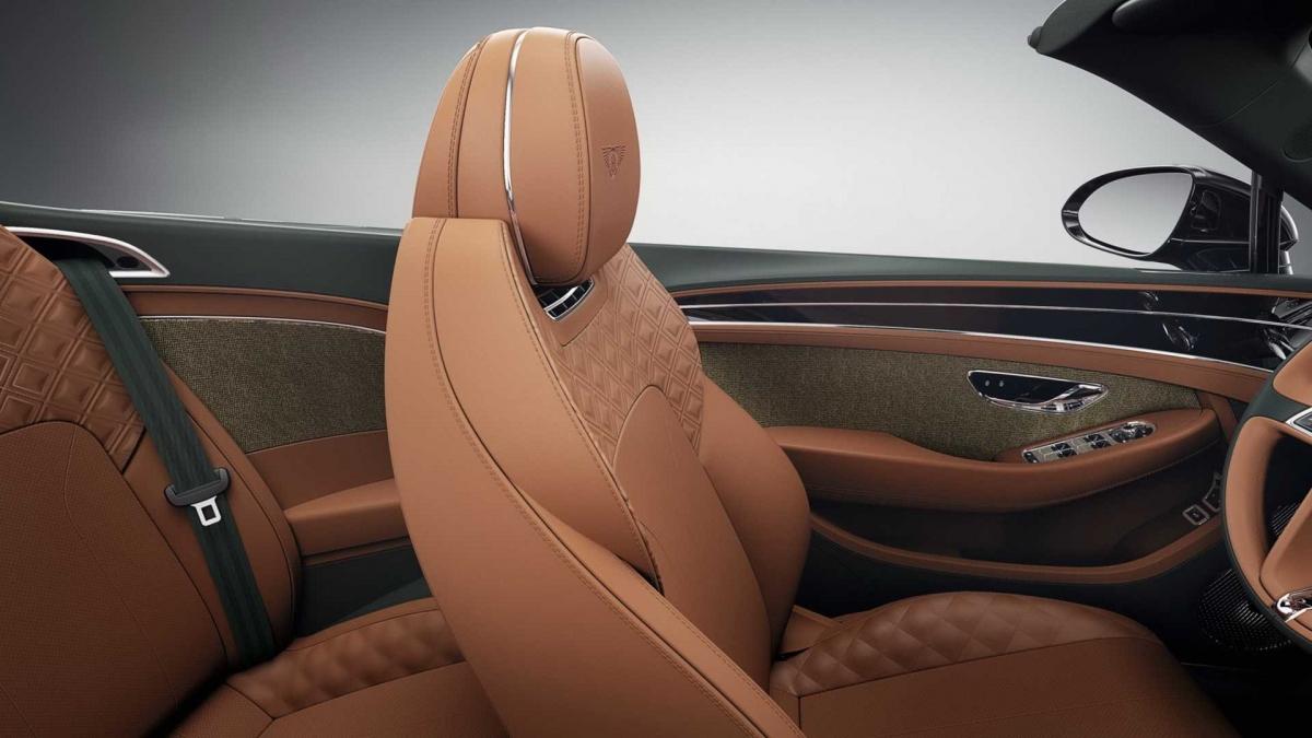 Không dừng lại ở con số đó, khi kết hợp cùng các tùy chọn nội, ngoại thất có sẵn, vải tuýt có thể tùy biến lên đến hàng nghìn, hàng triệu cấu hình khác nhau trên ba mẫu xe Flying Spur, Bentayga và Continental GT, thậm chí là Mulliner Bacalar. Hiện tại, khách hàng đặt mua Bentley đã có thể chọn vải tuýt cho xe của mình./.