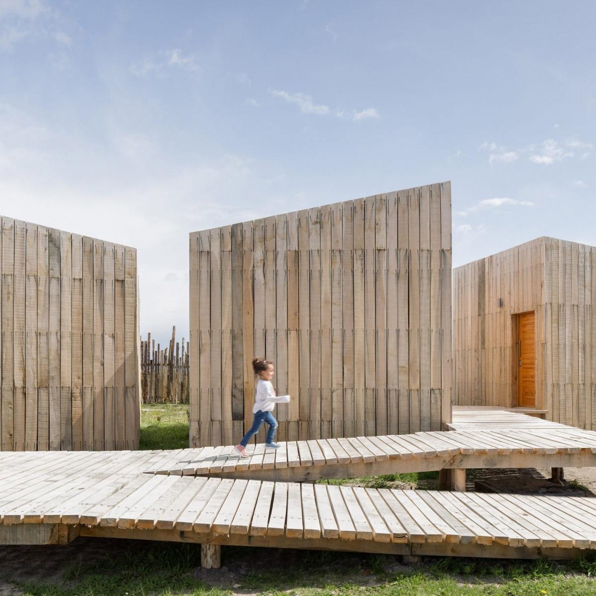 """Khách sạn Aka Patagonia ở Chile bởi kiến trúc sư Larrou. Khách sạn gồm 6 cabin bằng gỗ, không có cửa sổ nhưng sử dụng các tấm kính rộng rãi trong suốt giúp du khách thưởng ngoạn phong cảnh tuyệt đẹp của những con kênh, những cánh đồng với đàn cừu đang gặm cỏ. Larrou giải thích về ý tưởng của mình:  """"Aka là sự tôn vinh thế giới tự nhiên. Không gian được thiết kế để du khách có thể hoà mình trọn vẹn vào thiên nhiên """"."""