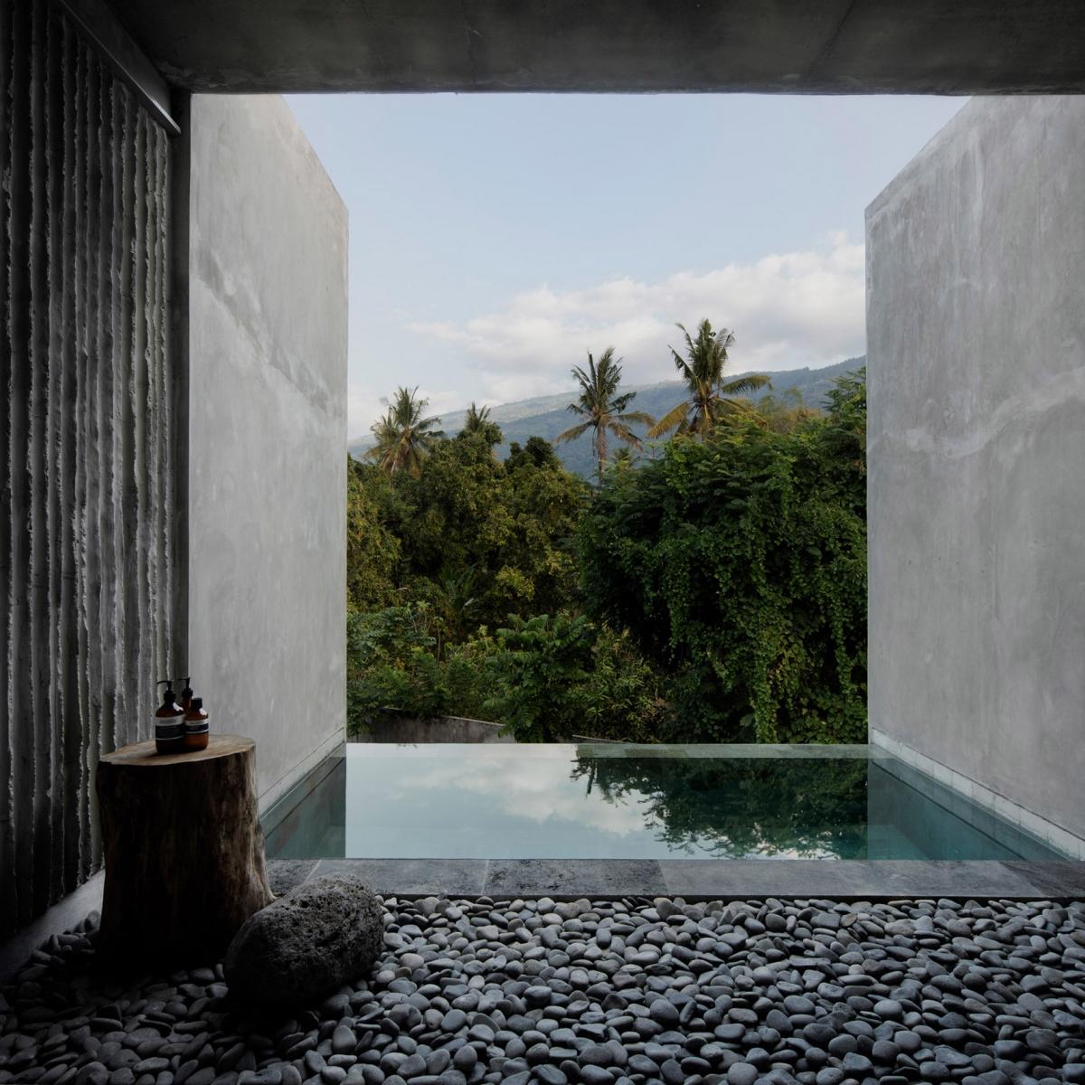 Khách sạn The Tiing ở Bali thực hiện bởi kiến trúc sư Nic Brunsdon. Khách sạn xây dựng theo kiểu boutique trong một cánh rừng già ở phía Bắc Bali. Khách sạn có 14 phòng, được nhận xét là có sự kết nối mạnh mẽ với thiên nhiên.