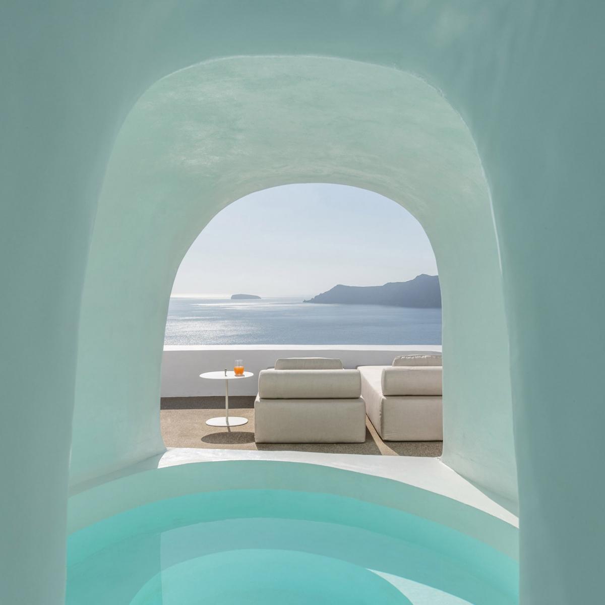 Khách sạn Saint ở Hy Lạp bởi kiến trúc sư Kapsimalis. Ông đã đào một ngọn núi đá ở Santorini để xây dựng một khách sạn độc đáo với tầm nhìn ra biển.