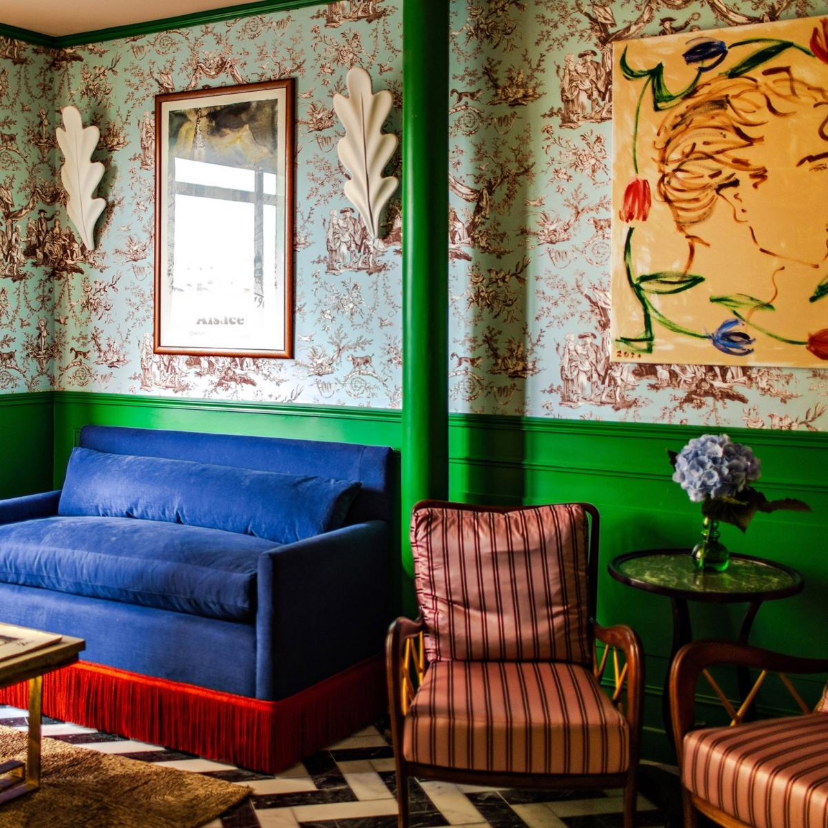 Khách sạn Les Deux Gares ở Pháp bởi kiến trúc sư Luke Edward Hall. Khách sạn mang tinh thần Paris cổ điển, với sofa hoạ tiết, giấy dán tường hoa văn, màu sắc sặc sỡ, và đặc biệt được thực hiện tỉ mỉ bằng tay.