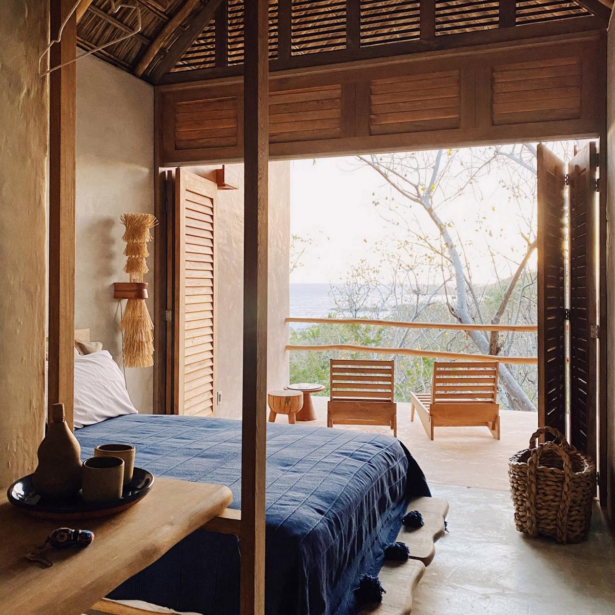 Khách sạn Monte Uzulu ở Mexico thực hiện bởi Taller Lu'um and At-te. Khu rừng già bao quanh khách sạn giúp du khách hoà hợp trọn vẹn với thiên nhiên, một số căn phòng có tầm nhìn ra biển Thái Bình dương. Các vật dụng, nội thất trong khách sạn cũng đều sử dụng nguyên vật liệu từ địa phương như tre, nứa, cọ... Thậm chí nguyên liệu tẩy rửa cũng có nguồn gốc thiên nhiên như nước rửa chiết xuất từ trái chanh xanh...