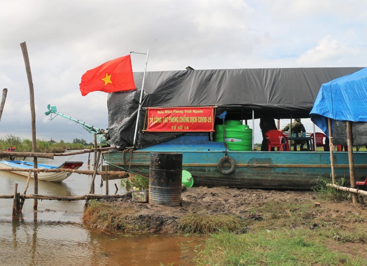 Chốt công tác phòng chống dịch Covid-19, số 14, Đồn Biên phòng Vĩnh Nguơn được làm trên một chiếc thuyền, để đề phòng khi bị triều cường.