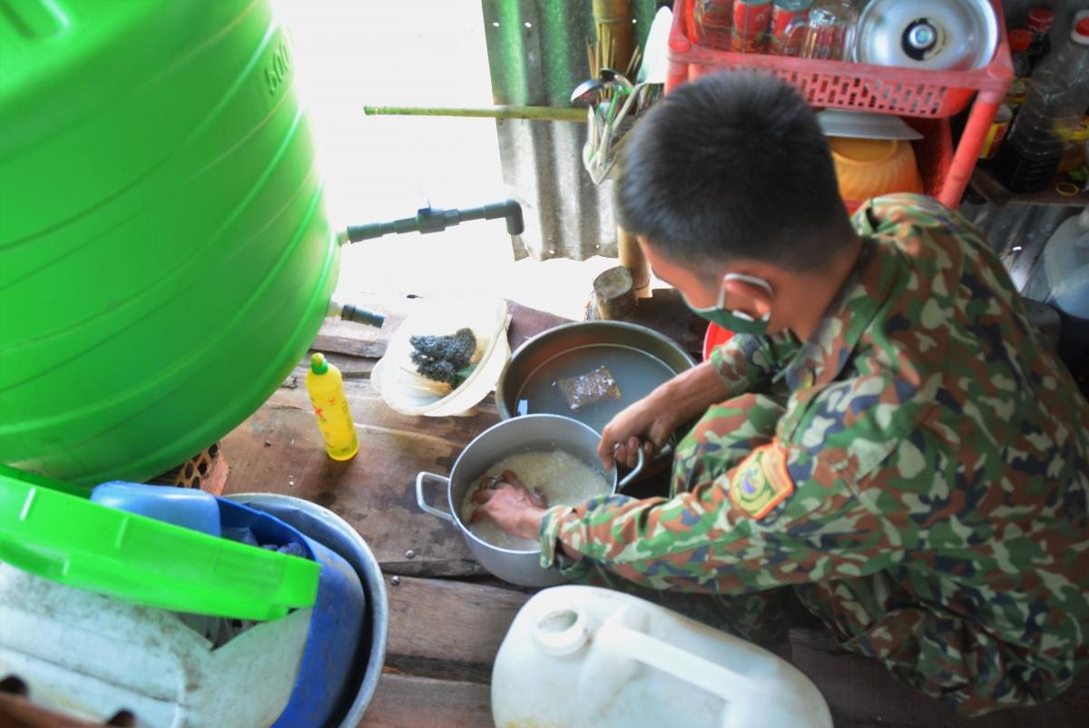 Các chiến sĩ tranh thủ nấu cơm sau 1 đợt đi tuần tra.