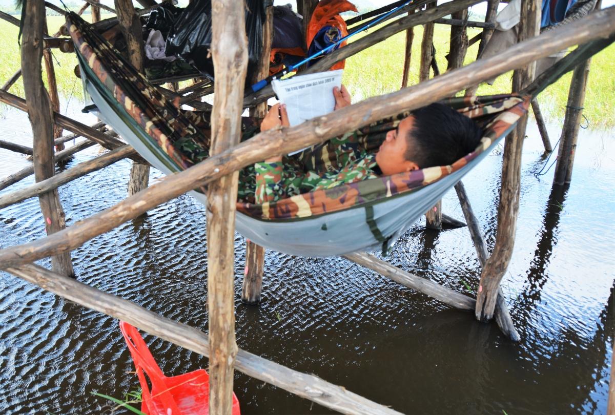 Cán bộ chiến sỹ, Đồn biên phòng cửa khẩu Quốc tế Tịnh Biên, huyện Tịnh Biên, tỉnh An Giang đọc báo, nắm thông tin sau ca trực.