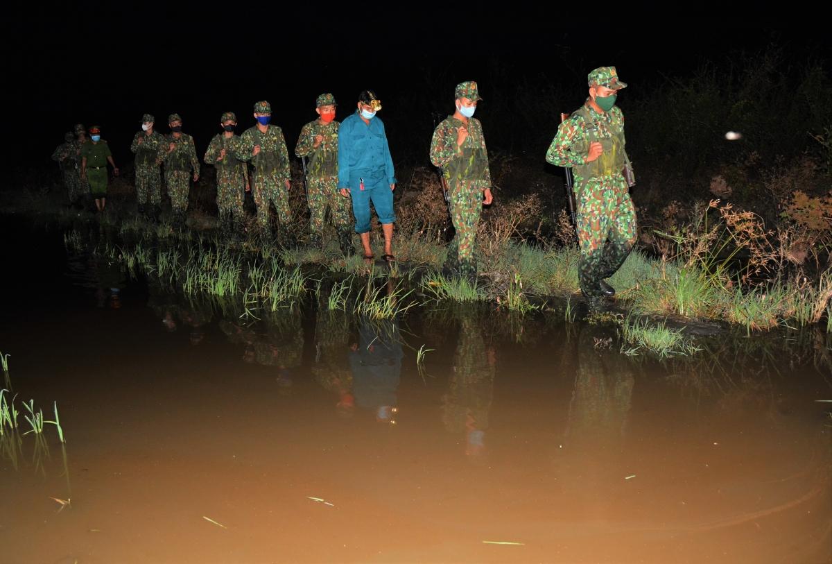 Một buổi tuần tra đêm của cán bộ, chiến sỹ Đồn biên phòng cửa khẩu Quốc tế Tịnh Biên.