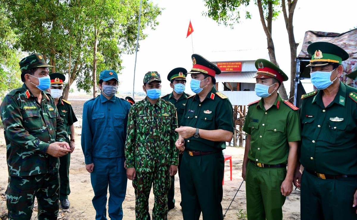 Ngày 27/11 vừa qua, Thủ trưởng Bộ tổng Tham mưu và Thủ trưởng Bộ tư lệnh QK9 đi kiểm tra các Tổ công tác phòng chống dịch Covid-19 tại tuyến biên giới Tây Nam.