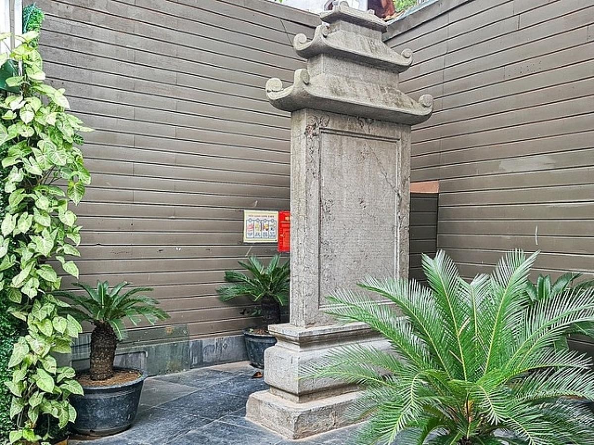 Bia tưởng niệm Nguyễn Du.