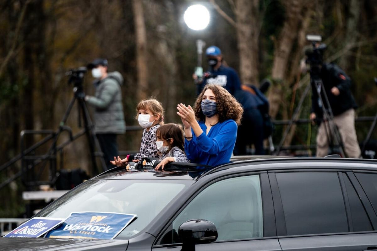 Những người tham dự cuộc vận động ngồi trên xe ô tô để đảm bảo giãn cách xã hội, ngăn ngừa Covid-19. Ảnh: New York Times