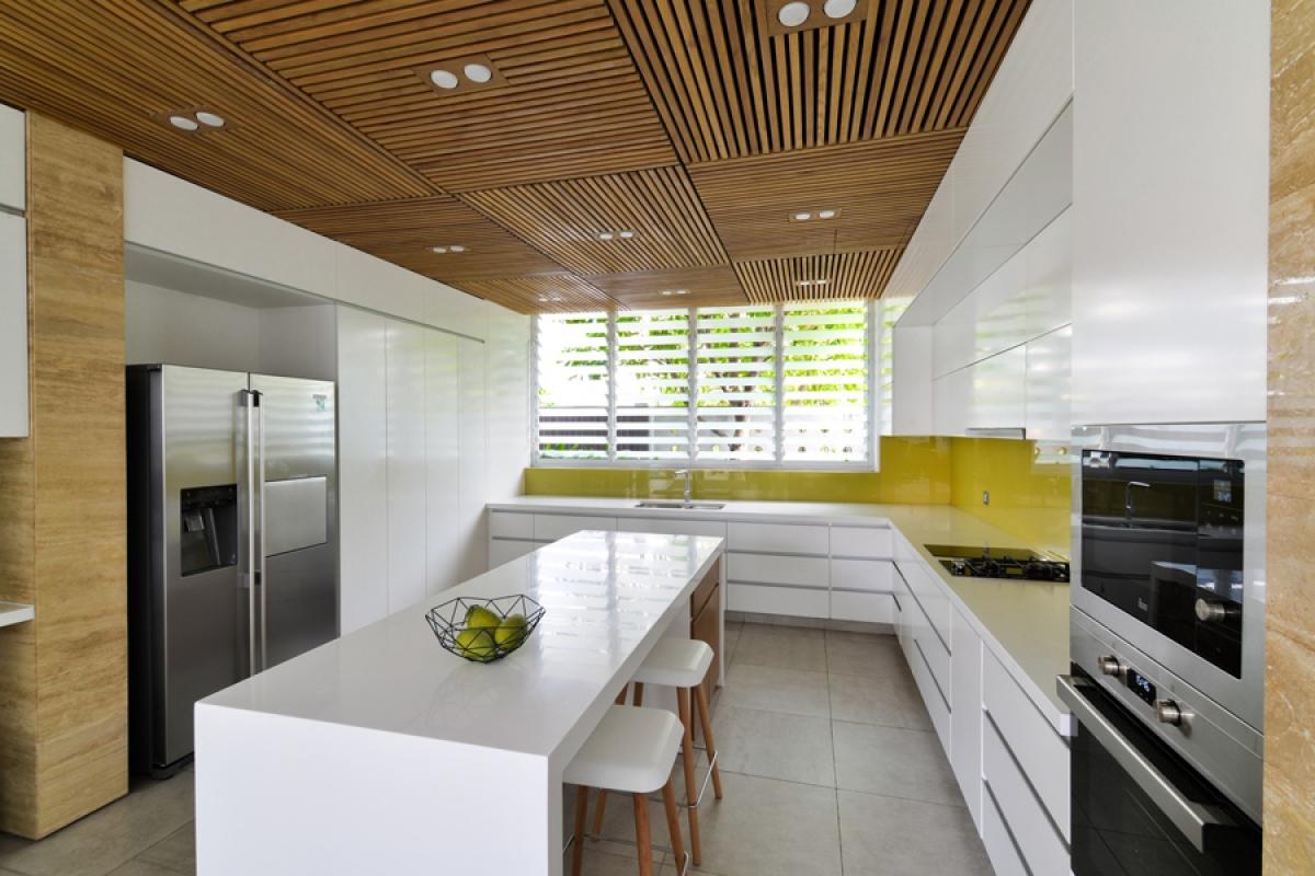Khu vực bếp được thiết kế hiện đại, trẻ trung mở màu sáng.