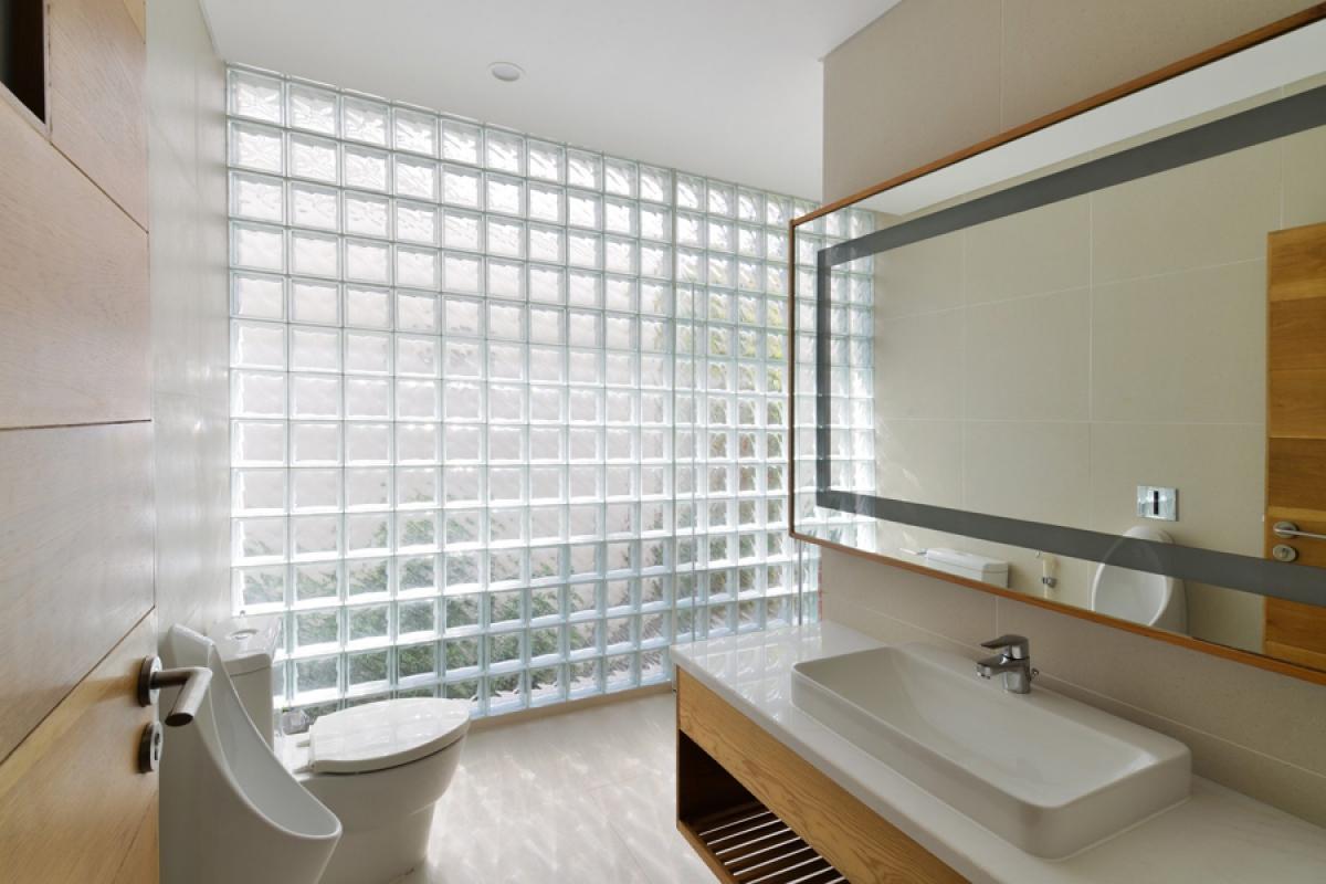 Phòng vệ sinh tầng 1 với bức tường gạch kính ấn tượng